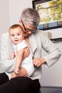 Renée ajuste bébé
